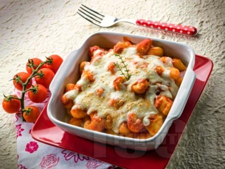Вкусни картофени ньоки с доматен сос, сирене моцарела и магданозено песто на фурна - снимка на рецептата